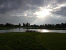 Golf-Golfplatzfahrrinnen und -GRÜNS Stockfotos
