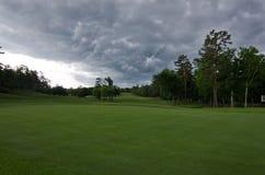Golf-Grün an einem stürmischen Tag Stockfoto