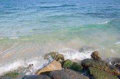 Golf het bespatten op de rotsachtige kust stock foto's