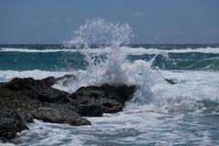 Golf het bespatten tegen ertsader in Atlantische Oceaan Royalty-vrije Stock Fotografie
