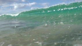 Golf het breken in de oceaan bij Makua-Strand stock video