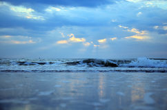 Golf in het overzees in Ochtend en zonsopgangtijd Stock Foto