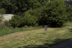 Golf il canestro in un campo su un corso Fotografie Stock Libere da Diritti