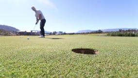 Golf il tiro in buca stock footage