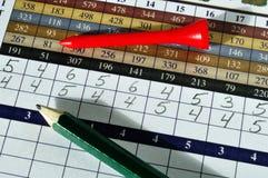 Golf-Kerbe-Karte mit rotem T-Stück und grünem Bleistift stockfoto