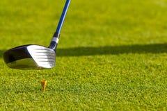 Golf - le gestionnaire a heurté outre du té images libres de droits