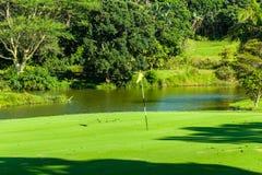 Golf-Loch-Grün-Wasser-Teich Stockbilder