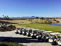 Golf los cochecillos alineados delante del curso en el del Álamo, Murcia, España de la hacienda Fotografía de archivo libre de regalías