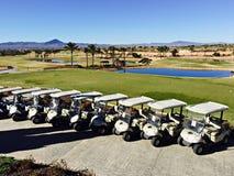 Golf los cochecillos alineados delante del curso en el del Álamo, Murcia, España de la hacienda Foto de archivo libre de regalías