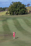 Golf-Mädchen, das Keil-Schuss spielt Stockfotos