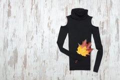Golf nero su un fondo di legno e sulle foglie di acero concetto alla moda immagine stock libera da diritti