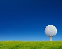 Golf no curso da grama imagem de stock