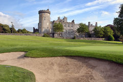 Golf o depósito da areia pelo verde e pelo castelo do golfe Fotografia de Stock Royalty Free