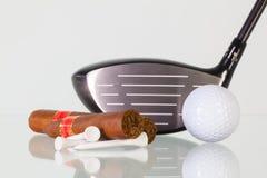 Golf o motorista e charutos diferentes em uma mesa de vidro imagem de stock