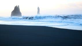 Golf oceaan zwart strand stock footage