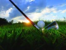 Golf och järn Slå golfbanan i den gröna gräsmattan Closeupgolfbollar i den gröna gräsmattan försiktigt, när du exponeras till sol fotografering för bildbyråer