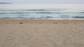 Golf op de achtergrond van het strandzand stock footage