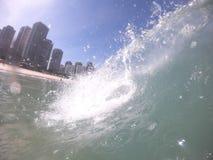 Golf op de kustonderbreking van Barra da Tijuca-strand, Rio de Janeiro - prachtige stad - Brazilië stock foto's