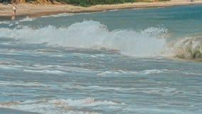 Golf op de overzeese kustlijn stock video