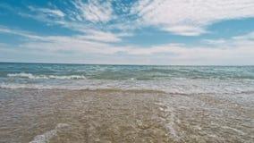 Golf op de overzeese kustlijn stock videobeelden