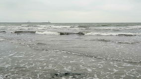 Golf op Oostzeestrand van Neu Mukran (Mecklenburg-Vorpommern, Duitsland) stock footage