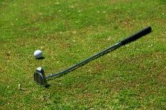 Golf-pinne och boll royaltyfria foton