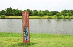 Golf a placa de escala da metragem na área do T-off fotos de stock