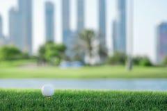 Golf profesional La pelota de golf está en la camiseta para una pelota de golf en el th Imagen de archivo libre de regalías