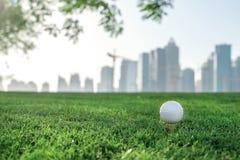 Golf profesional La pelota de golf está en la camiseta para una pelota de golf en el th Foto de archivo libre de regalías