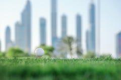 Golf profesional La pelota de golf está en la camiseta para una pelota de golf en el th Fotos de archivo libres de regalías