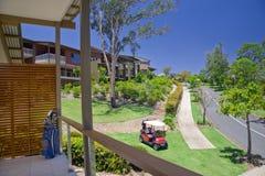 Golf a propriedade com o Buggy no primeiro plano fotografia de stock royalty free