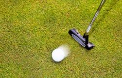 Golf: putterklubba med golfboll Royaltyfri Fotografi