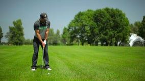 Golf que juega masculino joven en el campo del golf almacen de metraje de vídeo