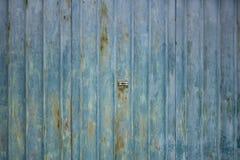 Golf roestige de deurentextuur van de metaalgarage met slot in centrum stock afbeelding