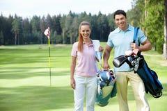 Golf spielen lizenzfreie stockfotos