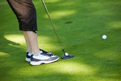 Golf spielen stockfotografie