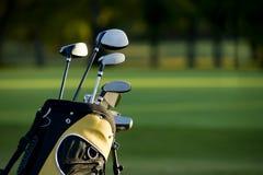 Golf spielen stockfotos