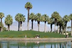 Golf spielen an der tropischen Rücksortierung Lizenzfreie Stockbilder