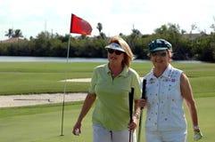 Golf spielende ältere Frauen stockfotografie
