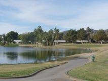 Golf spielende große Ansicht von Bergen und von Wasser Lizenzfreie Stockfotos