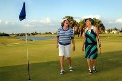 Golf spielende ältere Frauen Stockbild