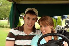 Golf spielende Paare Stockfoto