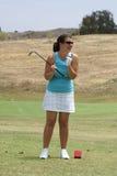 Golf spielende und lachende Frau lizenzfreies stockbild