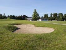 Golf spielender Sandfang lizenzfreie stockbilder