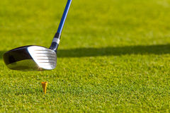 Golf - Treiber schlug weg vom T-Stück Lizenzfreie Stockbilder