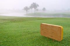 Golf undertecknar i gräsplangolfbana arkivfoton