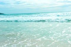 Golf van blauwe overzees op zandig strand Hoogste mening Stock Foto