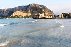 Golf van mondello, Palermo, met bathhouse Stock Afbeeldingen