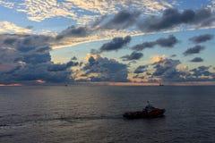 GOLF VAN THAILAND, 25,2017 OKTOBER: Zeeolie en gasbemanningsboot Royalty-vrije Stock Afbeeldingen