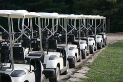 Golf-Wagen in einer Reihe an einem Countryklub Lizenzfreie Stockbilder